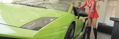 Sexy drive-test: o blonda testeaza si ne arata secretele unui Lamborghini. Cu subtitrare!