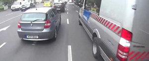 Soferul unui BMW darama un biciclist chiar in fata politiei