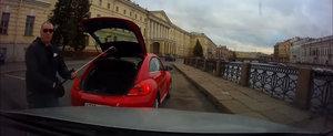 Soferul unui VW Beetle sare la bataie cu o crosa de golf. In Rusia, evident!