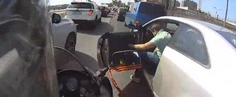 Surprize-Surprize pentru un motociclist curajos: o portiera, brusc, se deschide...