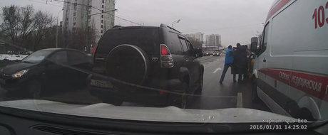 Taximetristul care blocheaza o ambulanta e luat pe sus de ceilalti soferi din trafic