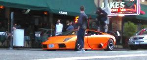 Trece cu bicicleta peste un Lamborghini. Ce i-ai face acestui biker?