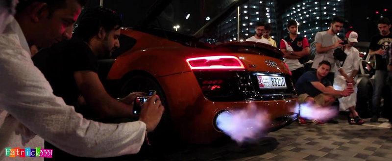 Un Audi R8 scuipa flacari pe evacuare vreme de 2 minute