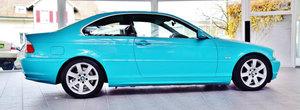 Un BMW E46 albastru turcoaz e de vanzare in Elvetia. Cat costa masina bavareza