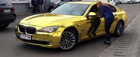 Un BMW Seria 7 auriu, inscris in Romania, a ajuns la RAR: poate fi omologat?