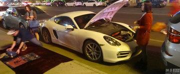 Un chinez cu Porsche vinde esarfe pentru a face rost de bani de benzina