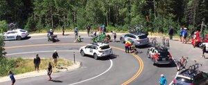 Un ciclist se loveste violent de o masina de asistenta