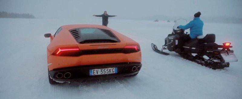 Un Lamborghini Huracan se intrece cu un snowmobil si cu niste... caini Husky