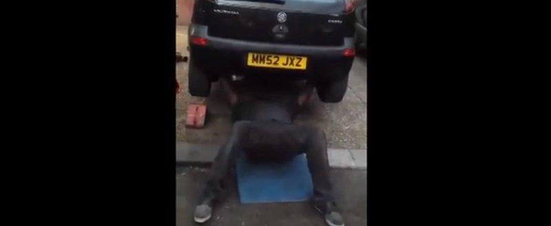 Un musculos face tractiuni la piept cu un Opel Corsa