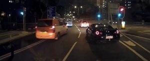 Un Nissan GT-R loveste un Mercedes C63 AMG, probabil suparat ca a pierdut cursa ilegala