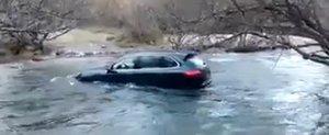 Un Porsche Cayenne isi depaseste limitele si este luat de apa