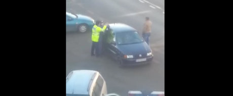 VIDEO: Bataie intre un politist si un sofer la Sibiu. Cine are dreptate?