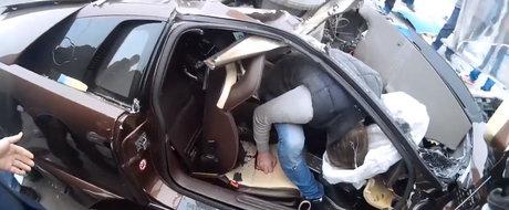 VIDEO CARE VA POATE AFECTA EMOTIONAL: un mort si un ranit grav dupa ce un Lamborghini loveste un stalp