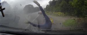 VIDEO: Cum scapa cu viata acesti pasageri dintr-un accident infernal, ramane un mister...