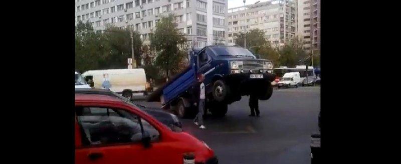 Wheelie de Bucuresti: o camioneta supraincarcata ramane pe doua roti