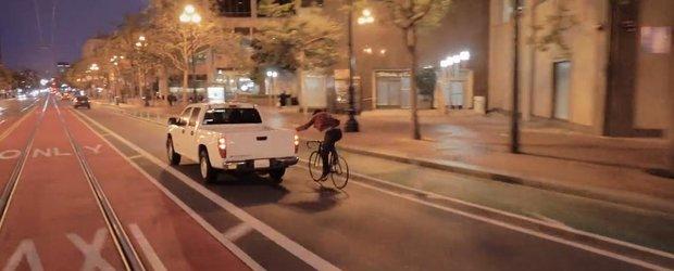 1 minut care ne demonstreaza ca bicicletele sunt mai spectaculoase ca masinile. Uneori...