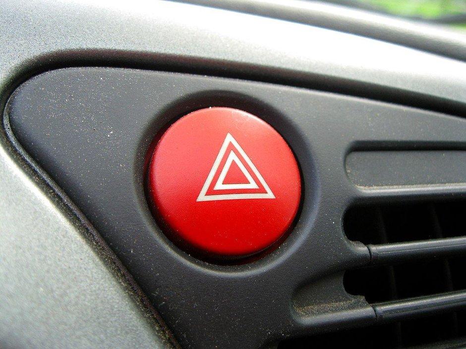 10 semne pe care si le fac soferii in trafic si ce inseamna ele