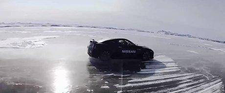 295 km/h pe un lac inghetat cu un Nissan GT-R: nou record in Rusia