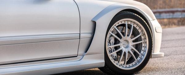A fost candva cel mai spectaculos Mercedes de pe strazi. Modelul din 2005 are motor supraalimentat de 5.4 litri si widebody din fabrica