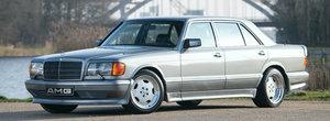 A fost printre primele sedanuri care au depasit 300 de km/h. Un 560 SEL din zilele de glorie AMG este acum de vanzare
