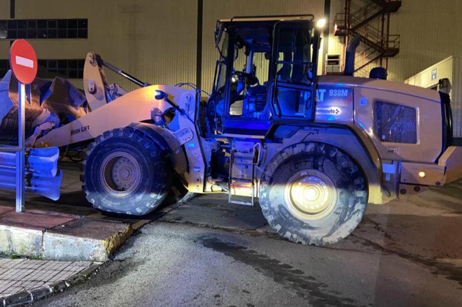 A furat un excavator si a distrus peste 50 de masini dupa ce a fost concediat de Mercedes