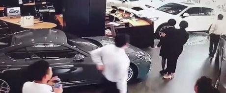 A intrat cu masina in cladirea dealerului. Ce l-a suparat pe clientul Porsche