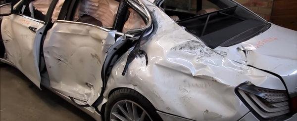 A readus la viata in 27 de zile un BMW Seria 7 facut praf. Uite aici intreaga operatiune