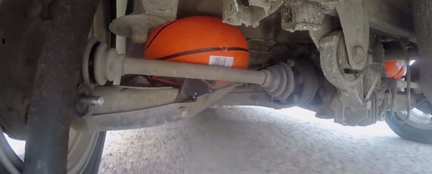 A scos arcurile de pe masina si a pus mingi de baschet in loc. VIDEO cu cel mai tare experiment de pe internet