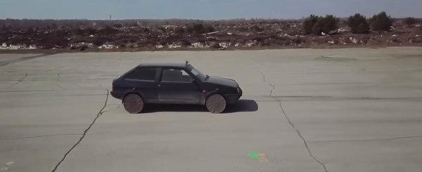 A scos rotile de la masina si a pus guri de canal in loc. VIDEO cu cel mai tare experiment de pe internet