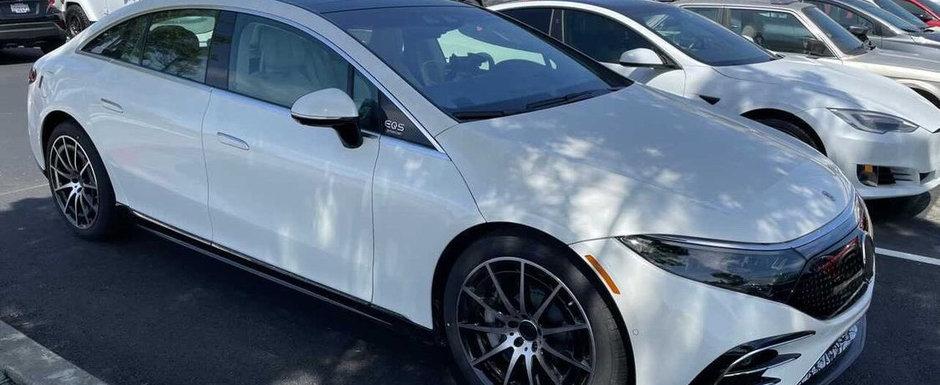 A surprins-o intr-o parcare, fara urma de camuflaj. Uite cum arata pe viu masina cu display curbat de 55 de inch!