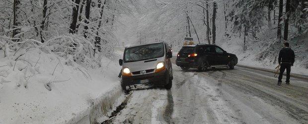 A venit iarna: trafic oprit pentru masinile fara anvelope de iarna in Brasov, din cauza ninsorii
