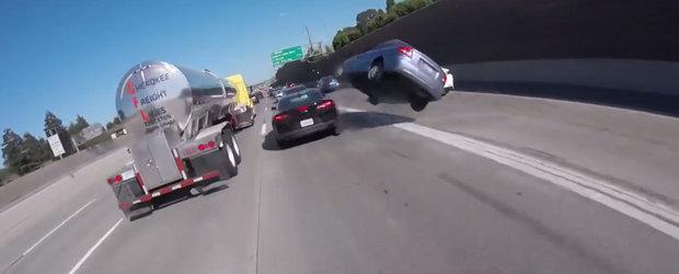 A vrut sa depaseasca, dar s-a urcat pe masina din fata. Momentul in care o Kia isi ia zborul pe autostrada