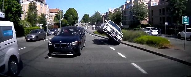 A vrut sa depaseasca, dar s-a urcat pe masina din fata. Momentul in care un X4 se ridica pe doua roti
