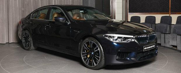 A vrut sa fie printre primii care conduc noul BMW M5. Si l-a configurat in nuanta Azurite Black si arata demential
