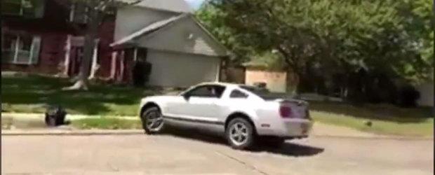 A vrut sa-si impresioneze prietenii din cartier, dar a intrat cu masina in gardul unei case. VIDEO