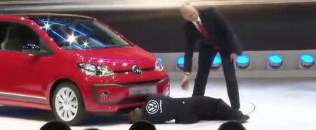 A zis ca intra in pamant de rusine. Cum a fost umilit un oficial Volkswagen la Geneva Motor Show