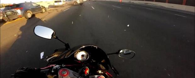 Acceleratie in loc de franare: un motociclist scapa nevatamat dupa ce masinile din fata lui se lovesc in lant