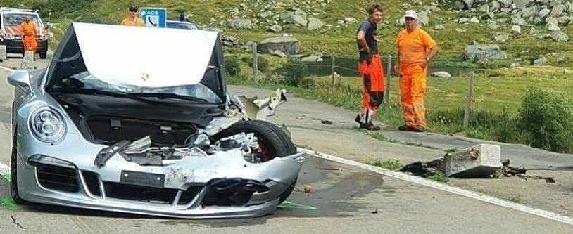 Accident cu Bugatti CHIRON si Porsche 911 pe un drum montan. Cat de sifonat este bolidul de 3.5 milioane de euro