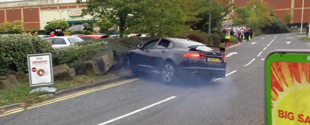 Accident cu un Jaguar XFR-S: De la 0 la dezastru in trei secunde