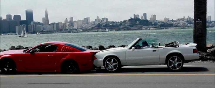 Accident in lant: Un Mustang lovit de un alt Mustang loveste un Corvette