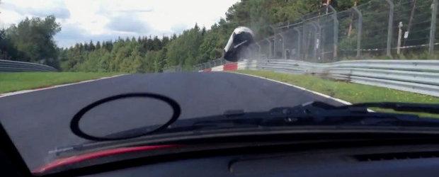 Accident la Nurburgring: un Megane RS isi ia zborul dupa ce loveste parapetul