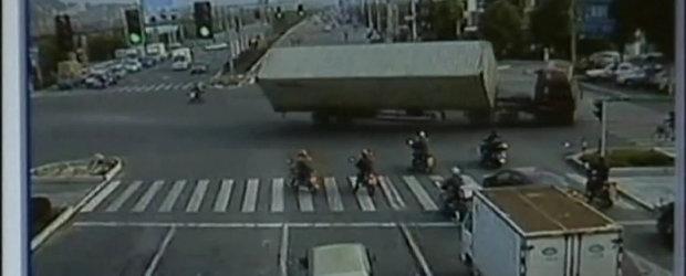 Accident socant in China! Un tir se rastoarna in mijlocul intersectiei