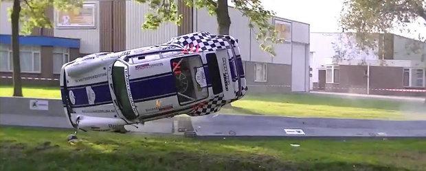Accident violent la un raliu: Un Porsche sare in apa dupa ce loveste un parapet