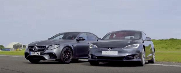 Ambele sunt extrem de rapide, insa numai una poate castiga. Liniuta intre Tesla Model S si Mercedes-AMG E63 S