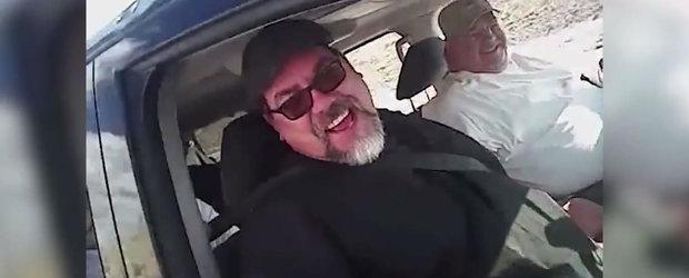 Amuzant sau ce? Cum au fost pacaliti pasagerii unei masini de un politist american