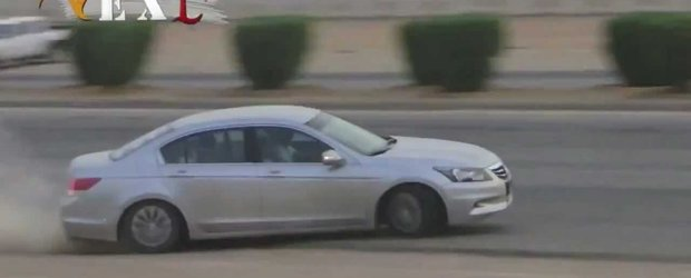 Arabi cu AK-47 fac drifturi cu o Honda Accord. Fara victime omenesti.