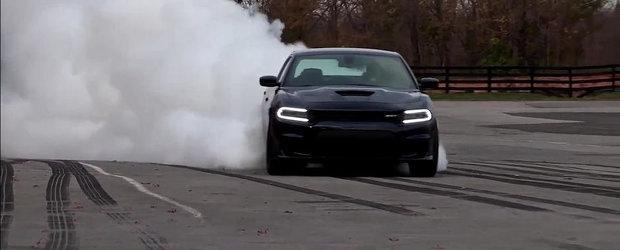 Arabii isi fac de cap la volanul noului Dodge Charger Hellcat