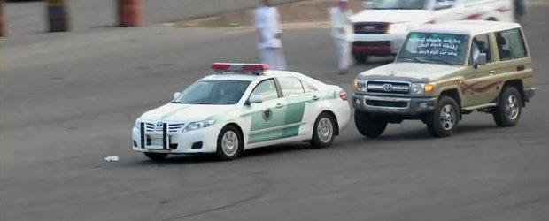 Arabii sunt nebuni! Lovesc o masina de politie, apoi pornesc in urmarirea ei!