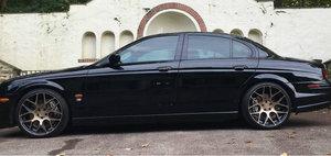 Are motor V8, tractiune spate si tapiterie din piele neagra, dar se vinde la pret de Dacie. POZE REALE