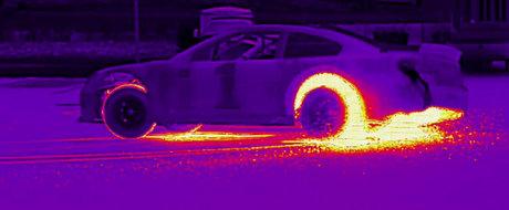 Arta derapajelor controlate, vazuta prin obiectivul camerei cu termoviziune